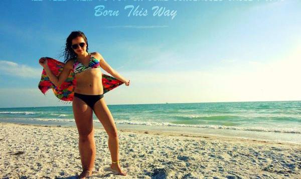 In bikini verovert dapper meisje de hele wereld